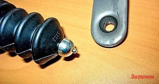 Когда маленький пупырышек обламывается, соединение штока свилкой сцепления начинает скрипеть. Шток несложно восстановить— нужно просверлить пооси отверстие, нарезать резьбу иввернуть туда винт свысокой полукруглой головкой.