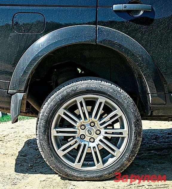 В самом верхнем положении подвески клиренс равен 310мм; 20-дюймовые колеса кажутся игрушечными.