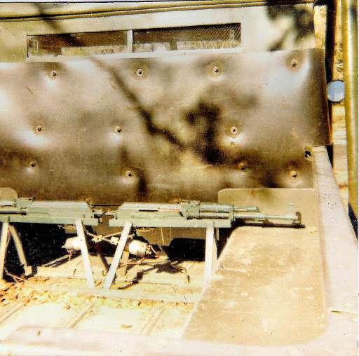 Кроме бронеспинки вкузов устанавливалось дистанционно управляемое вооружение. Вданном случае два автомата Калашкникова позволяют вести обстрел посторонам вслучае нападения иззасады.