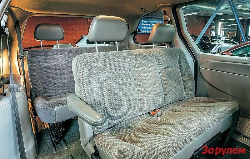 Средний диван можно двигать, у«грандов» здесь так называемые капитанские,то есть отдельные, кресла. Пройти на«галерку» не проблема.