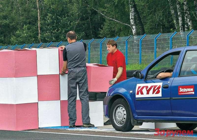 Приторможении с60км/ч исправному автомобилю, чтобы остановиться нагребенке, нужно 25-26 метров. Вэтом месте соорудили стену изкартонных блоков.