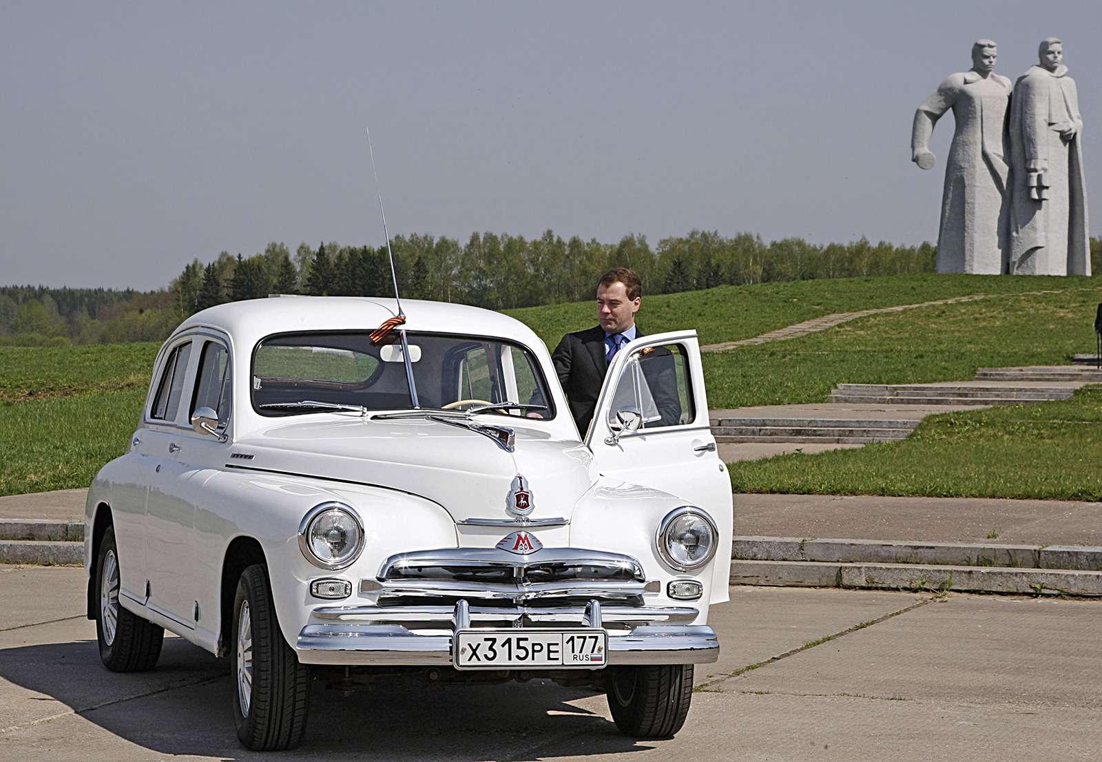Любимые машины Дмитрия Медведева: откомбайна доАуруса— фото 945808