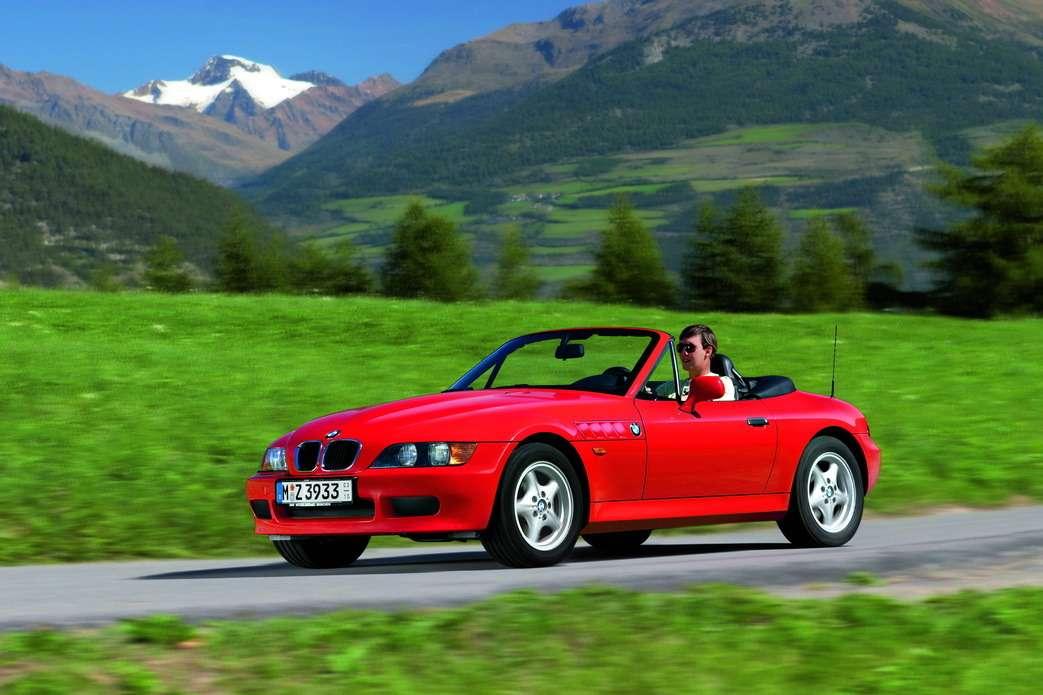 BMW Z3снимался вфильме «Золотой глаз», где роль Джеймса Бонда впервые исполнил Питер Броснан. «Золотой глаз» стал самым успешным фильмом завсю историю «бондианы».