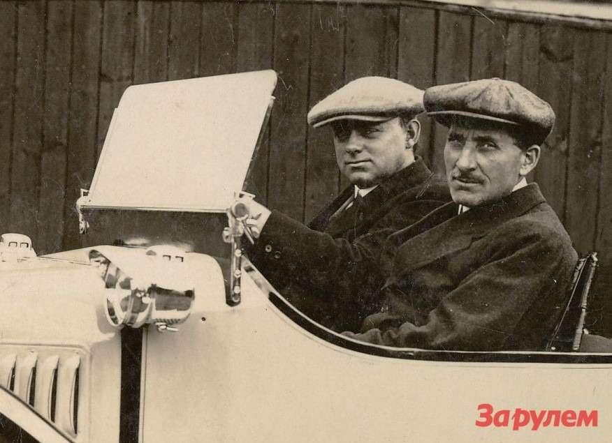Гарри Фредерик Стенли Морган (11.08.1881— 15.06.1959гг.) зарулем одного изсвоих трехколесных автомобилей. Правее— Алфи Хэйлз, занимавший должность начальника производственного отдела Morgan