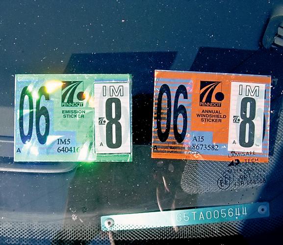 Двенаклейки подтверждают соответствие автомобиля техническим иэкологическим нормам (США, Пенсильвания).