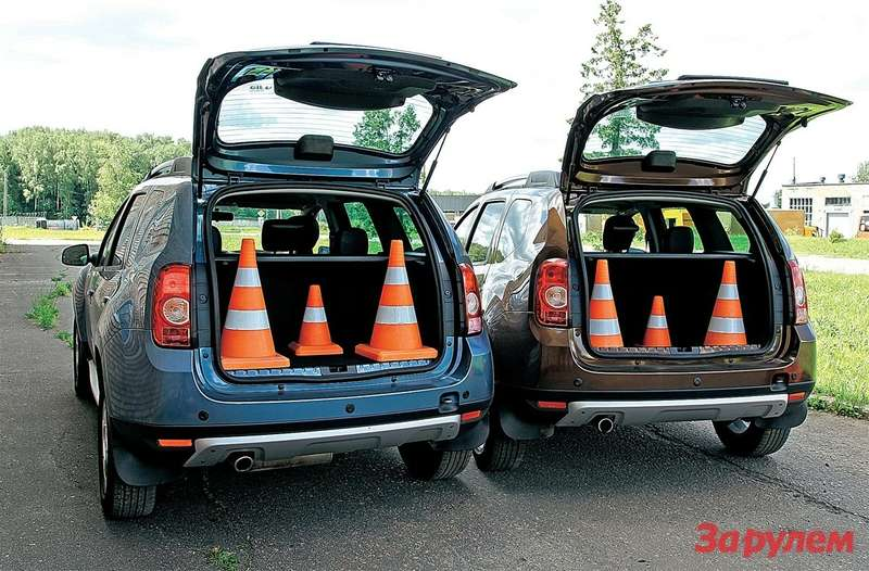 Более чем наглядная разница вразмерах багажников «дастеров»: 340л против 424л. Переднеприводный— справа.