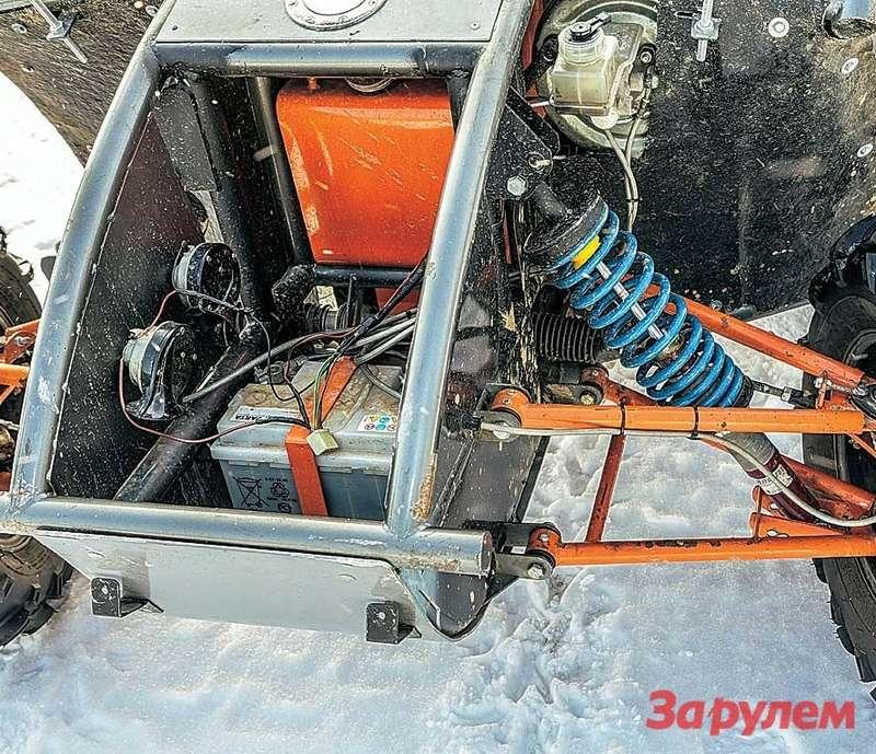 В передней части прописались аккумулятор ибензобак.