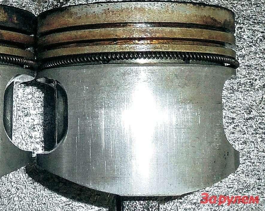 Поршень двигателя, отработавший 180 моточасов нанормальной синтетике.