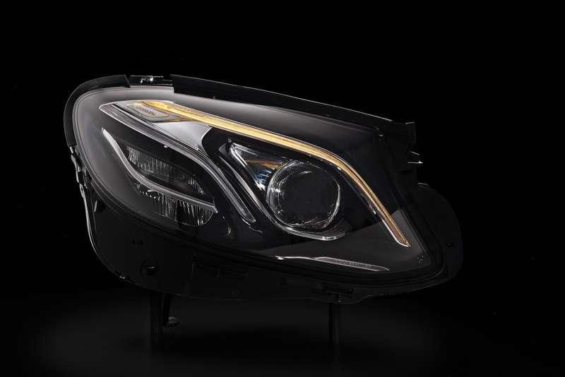Dieneue E-Klasse— Mercedes-Benz MULTIBEAM LED-Scheinwerfer mit einer Raster-Lichtquelle mit 84LEDThe new E-Class—  Mercedes-Benz MULTIBEAM LED headlamps with agridded light source containing 84LEDs
