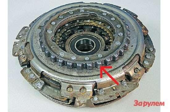Двухдисковое сцепление массивное игромоздкое. Напереднем плане— крупные зубья длясвязи смаховиком двигателя. Вкомплекте есть пара выжимных подшипников свилками инабор регулировочных шайб.