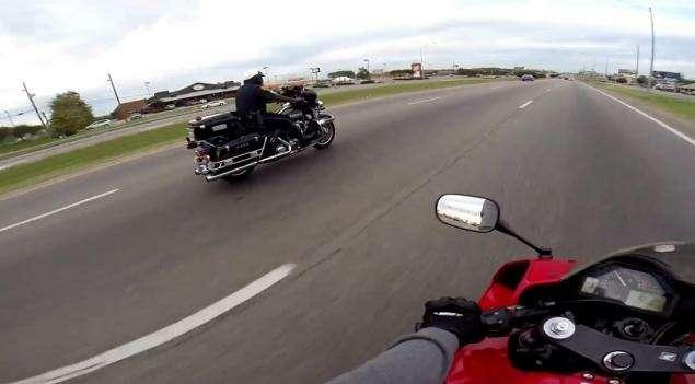 В американском штате Алабама копа-мотоциклиста вынудили уволиться, после того как вИнтернете появился ролик, накотором страж порядка откликнулся наприглашение байкера погоняться сосветофора.