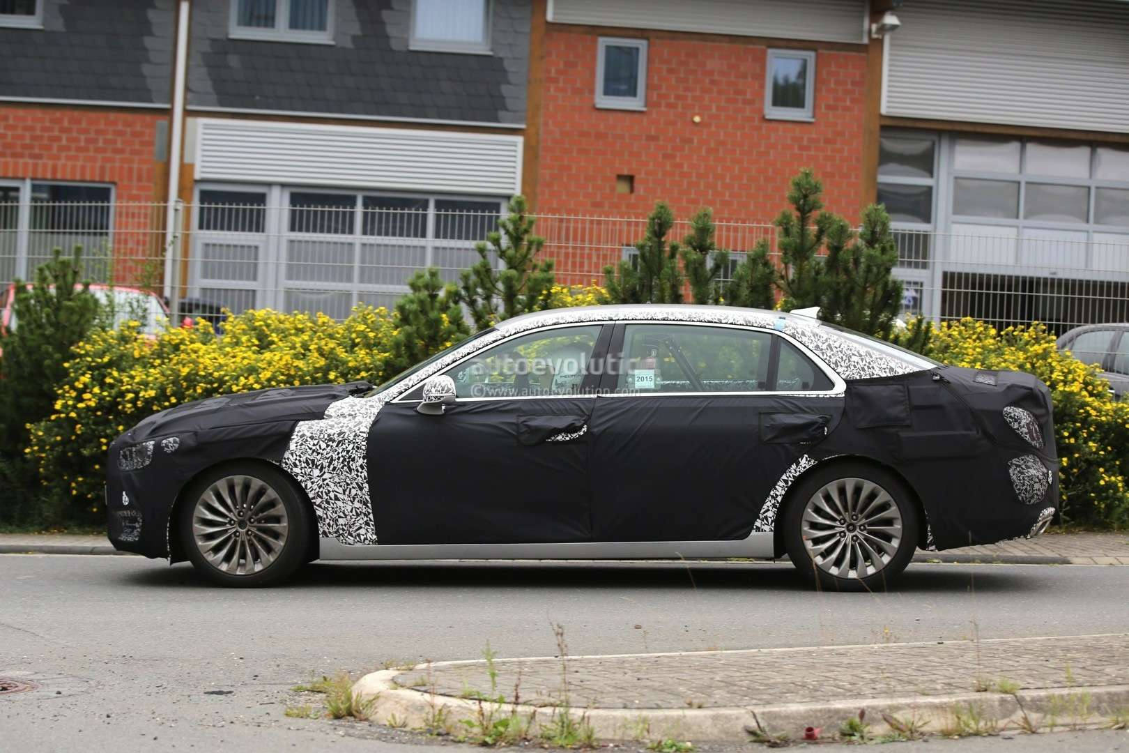 2017-hyundai-equus-spied-out-testing-in-germany-photo-gallery_11