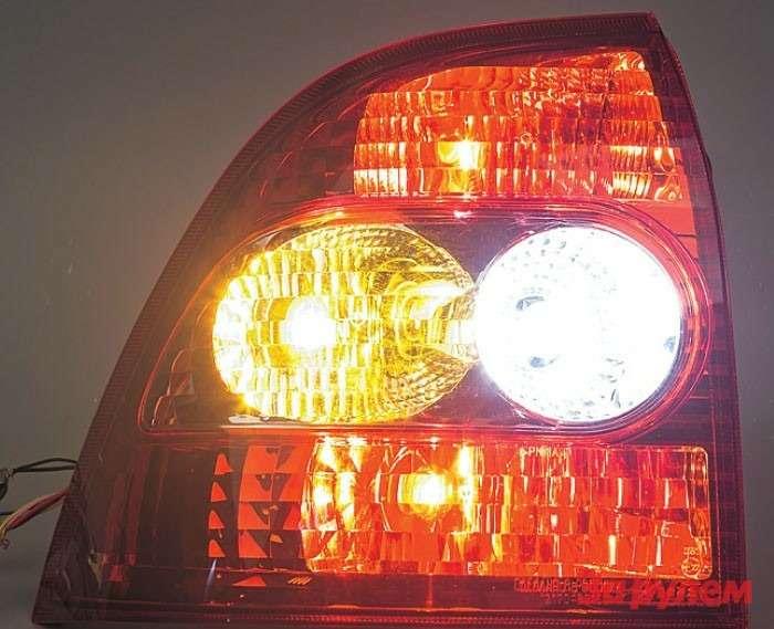 Образец-эталон: фонарь совсеми зажженными штатными лампами. Мызафиксировали экспозицию— теперь есть возможность оценить эффект отзамены ламп светодиодами.
