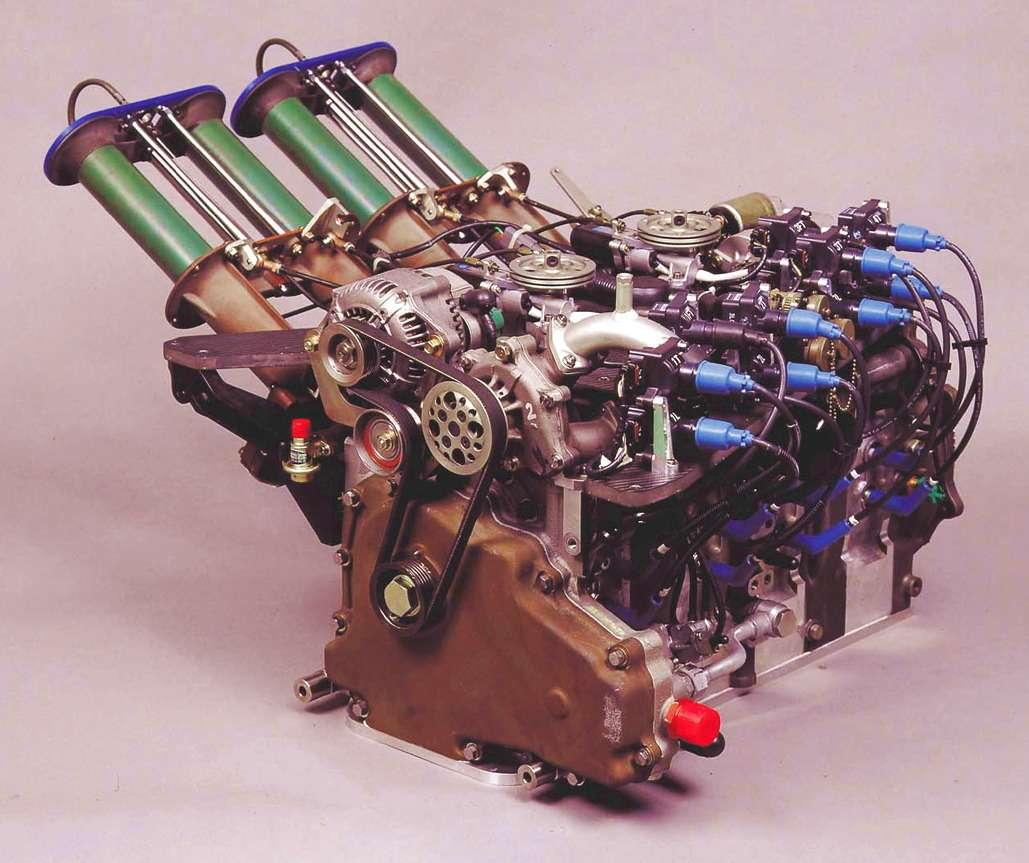Двигатель Mazda-787B модели R26B имел четыре секции срабочим объемом 0,654 куб.см. каждая (суммарно— 2622 куб.см.). Впрыск сэлектронным управлением поставила фирма Nippon Denso. Каждая секция имела потри свечи зажигания. Впускной коллектор взависимости отнагрузки мол менять длину (при малых оборотах— длинный, при высоких— короткий). Двигатель выдавал 700 л.с. при 9000 об/мин, однако напрототипе показатели были существенно выше— 930 л.с. при 10500 об/мин.