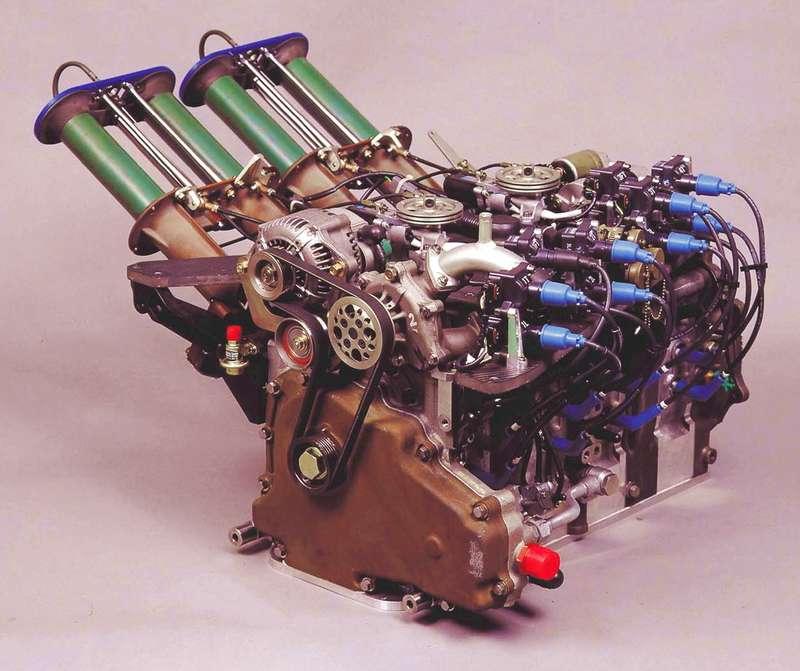 Двигатель Mazda-787B модели R26B имел четыре секции с рабочим объемом 0,654 куб.см. каждая (суммарно - 2622 куб.см.). Впрыск с электронным управлением поставила фирма Nippon Denso. Каждая секция имела по три свечи зажигания. Впускной коллектор в зависимости от нагрузки мол менять длину (при малых оборотах - длинный, при высоких - короткий). Двигатель выдавал 700 л.с. при 9000 об/мин, однако на прототипе показатели были существенно выше - 930 л.с. при 10500 об/мин.