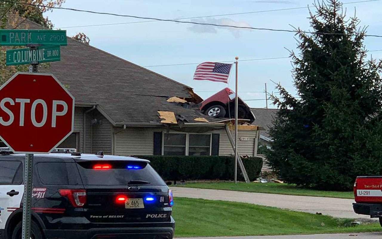 Так себе припарковался — пикап приземлился на крышу дома