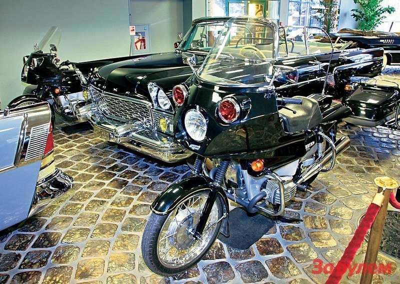 Редкая птица— кабриолет «Чайка» ГАЗ-13Б вокружении «днепров», которые некогда использовали вГОНе— гараже особого назначения.