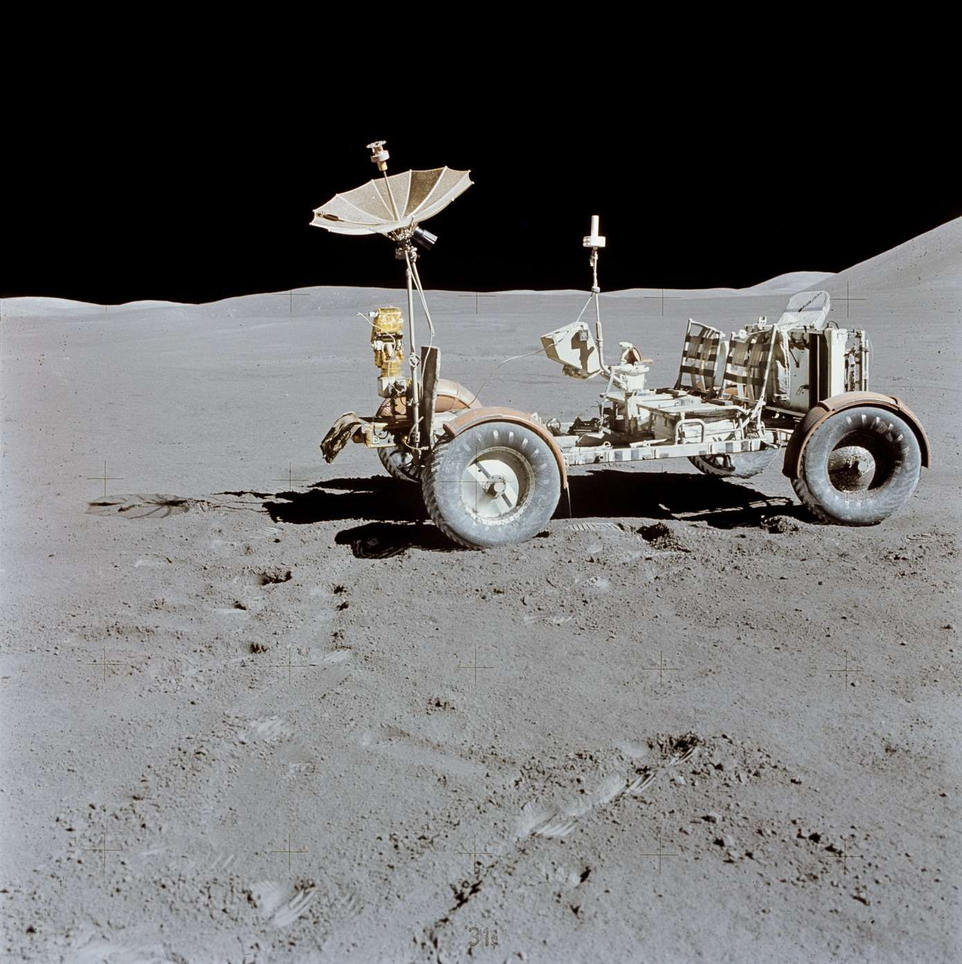«Лунный ровер» LRV-1 миссии Apollo-15на месте своей последней парковки, врайоне горы Хэдли Лунных Апеннин. Фото: NASA