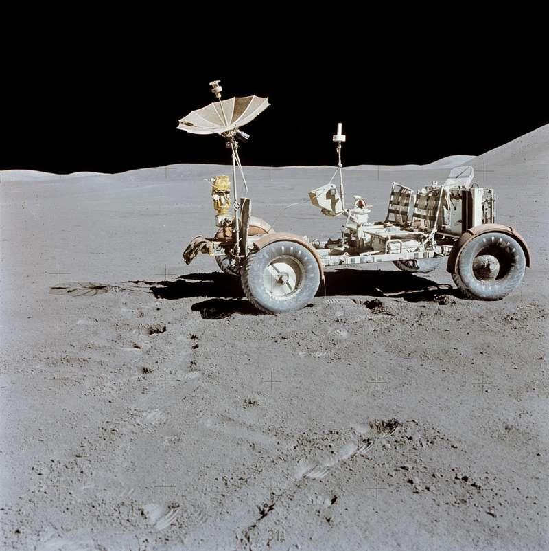 «Лунный ровер» LRV-1 миссии Apollo-15 на месте своей последней парковки, в районе горы Хэдли Лунных Апеннин. Фото: NASA