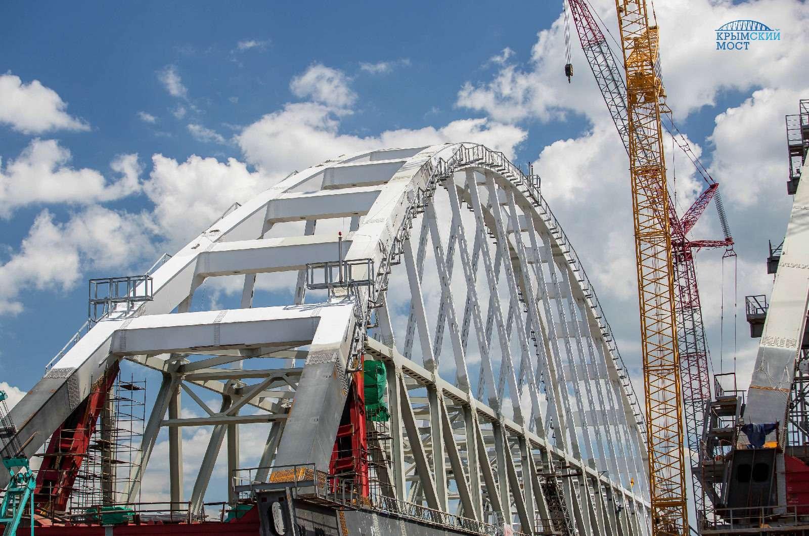 Строители завершили сборку автодорожной арки Крымского моста— фото 779835