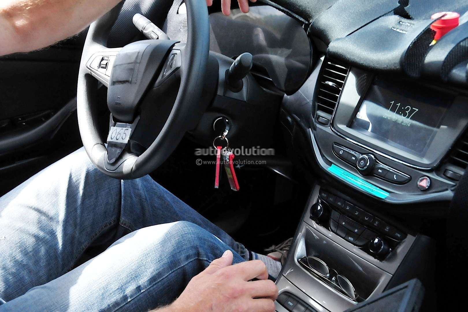 new-opel-astra-dashboard-revealed-in-latest-spyshots_5