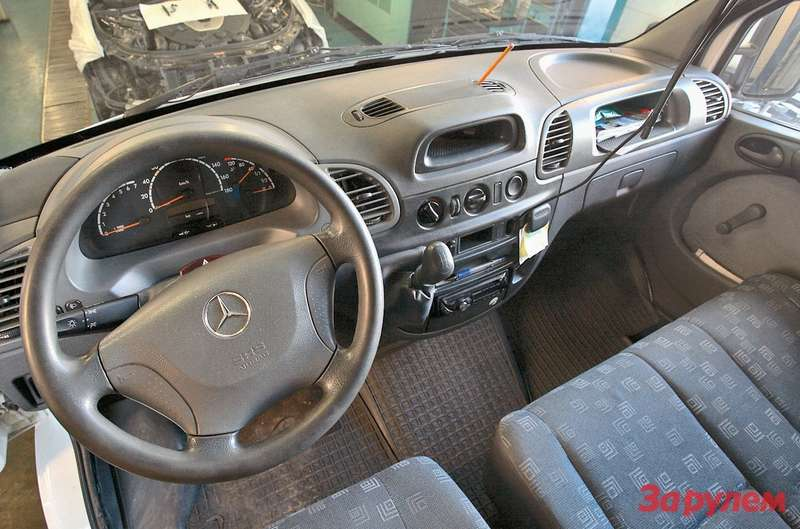 ...в кабине старого W903, конечно, попроще— особенно  если это не микроавтобус, агрузовой фургон
