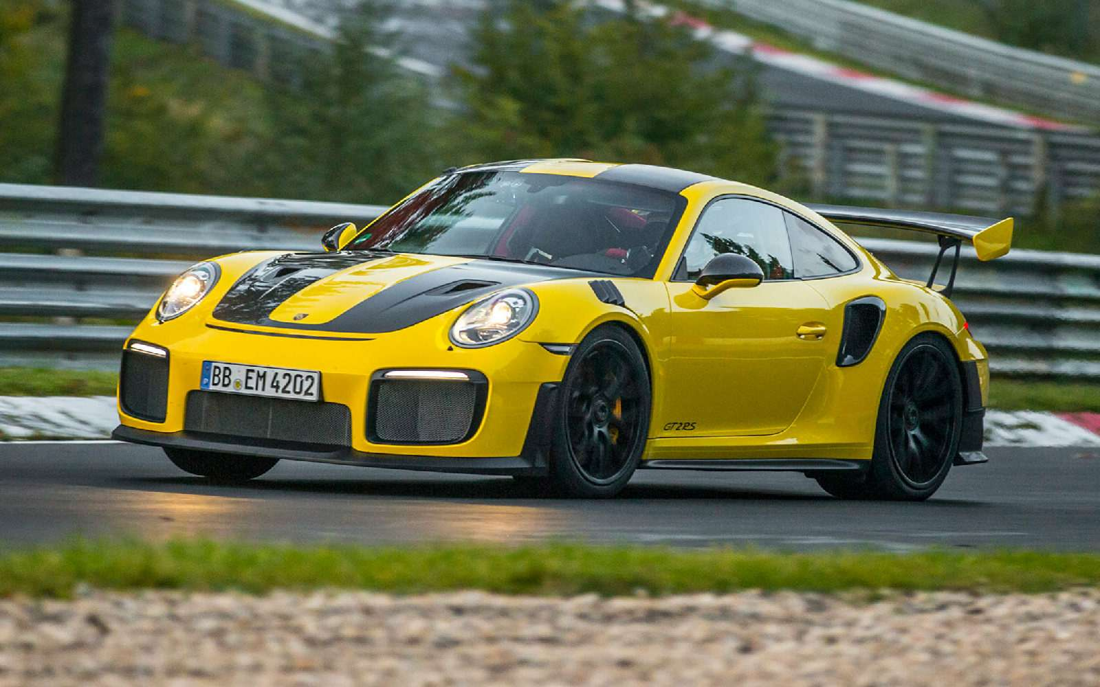 Porsche 911GT2RS стал самым быстрым серийным спорткаром Нюрбургринга— фото 798991