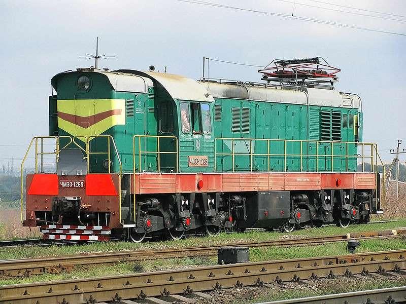 В Оренбургской области локомотив товарного поезда протащил иномарку полкилометра попутям, после того как водитель Peugeout 206 ночью выехал нажелезнодорожный переезд назапрещающий сигнал светофора