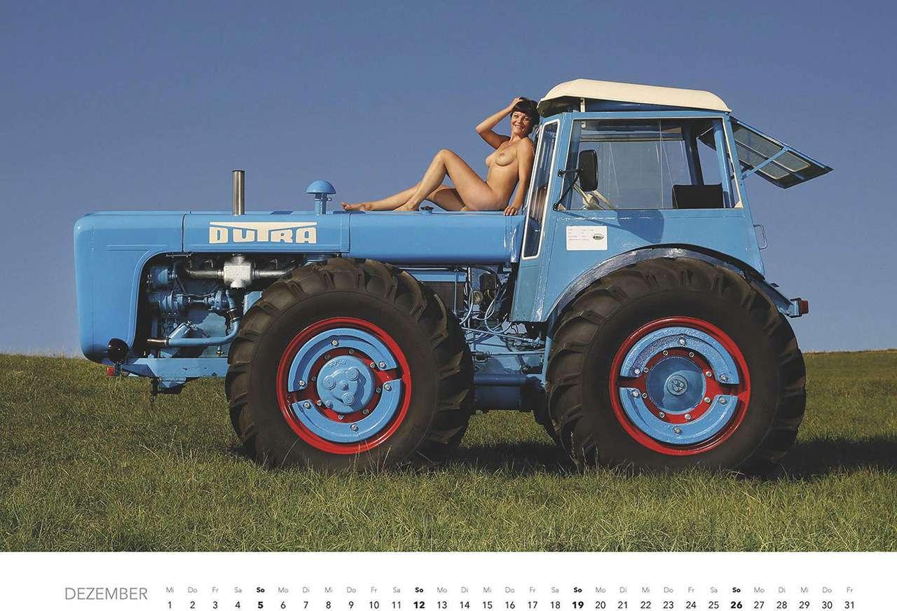 Первый календарь на2021год: неочень одетые трактористки (18+)— фото 1196283