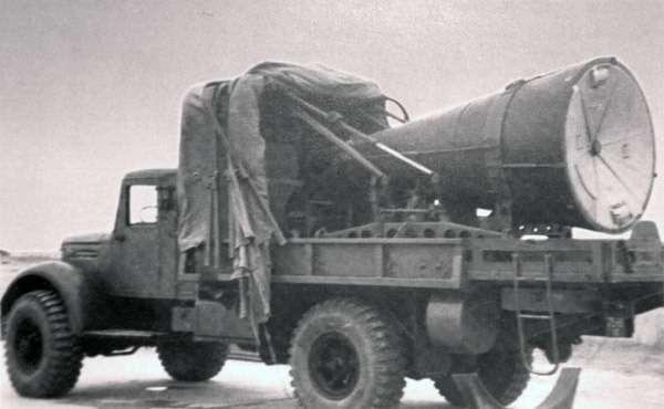 Транспортировочно-стыковочная машина головной части (ТМГЧ) АА1204 ракеты 8К63на базе полноприводного МАЗ-502. Ядерные ракеты 8К63(она жеР-12, она жеSS-4 Sandal) были демонстративно отправлены Хрущевым в1963 году наКубу сцелью переломить ход отношений между СССР иСША.