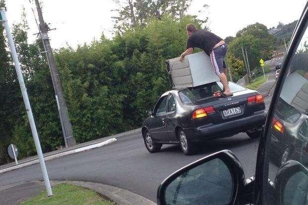 Полиция предупредила, как не надо перевозить крупногабаритные вещи