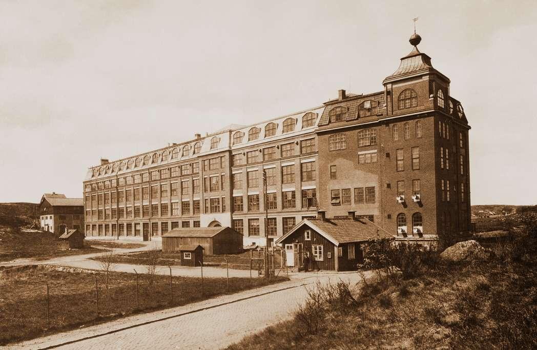 Фабрика наострове Хисинген подГётеборгом, где 14апреля 1927 года сконвейера сошел первый автомобиль марки Volvo