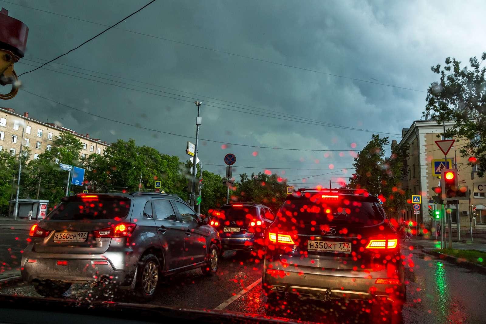 Москву залили дожди, машины поплыли. Фоторепортаж ЗР— фото 770692