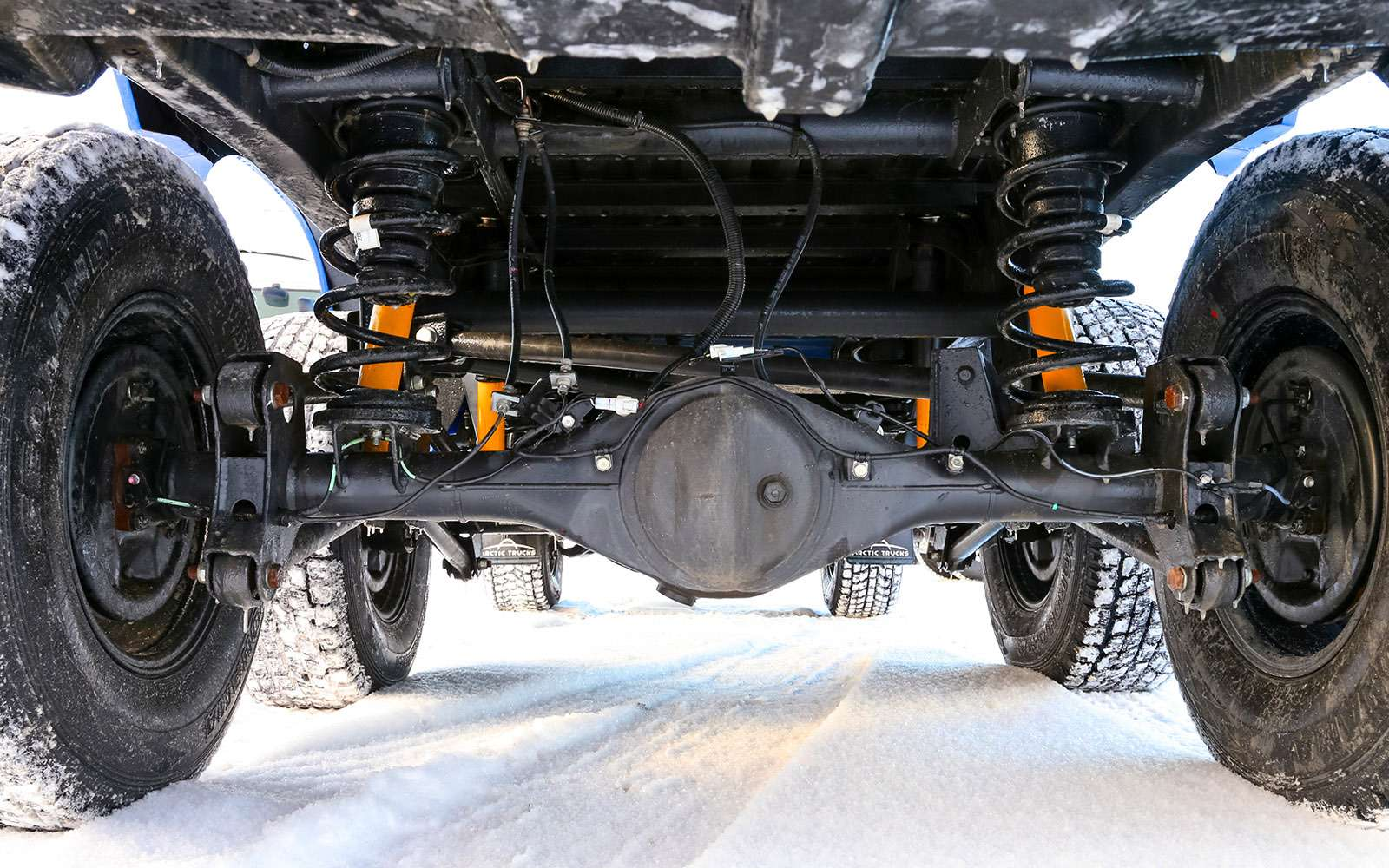 Пикапы Toyota Hilux Arctic Trucks: 4х4или 6х6?— фото 745681