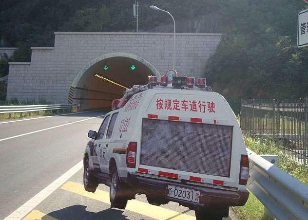 Дляборьбы спревышением скорости вКитае устанавливают макеты полицейских автомобилей