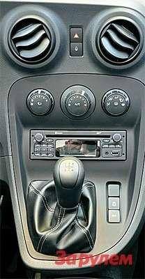 У «Цитана» иные, нежели у«Кангу», магнитола икрутилки климата. Кнопка включения аварийной сигнализации перенесена наверх. Справа отрычага коробки передач— клавиши отключения системы стабилизации и«старт-стопа».