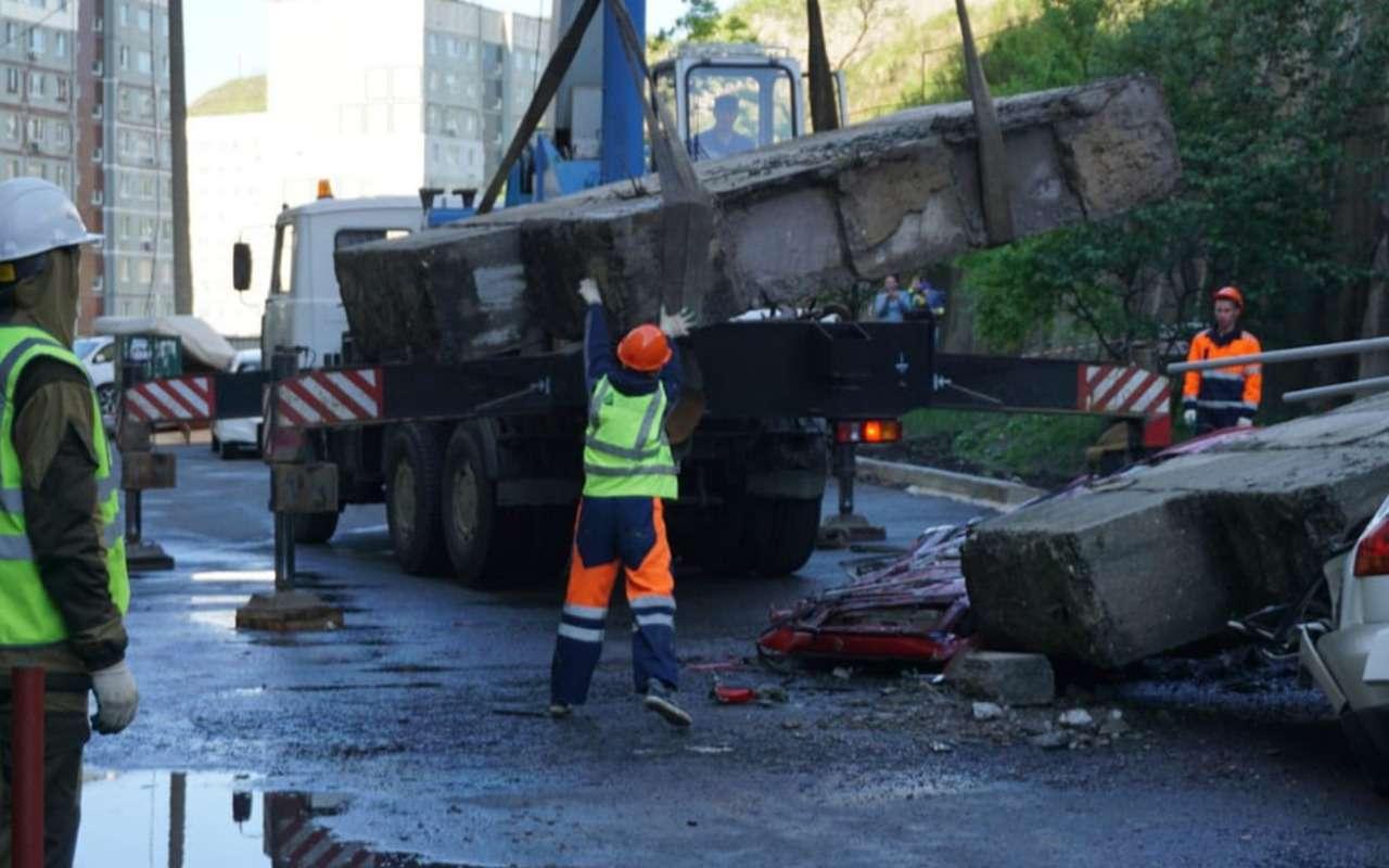Машины расплющены бетонными блоками: циклон воВладивостоке— фото 976970
