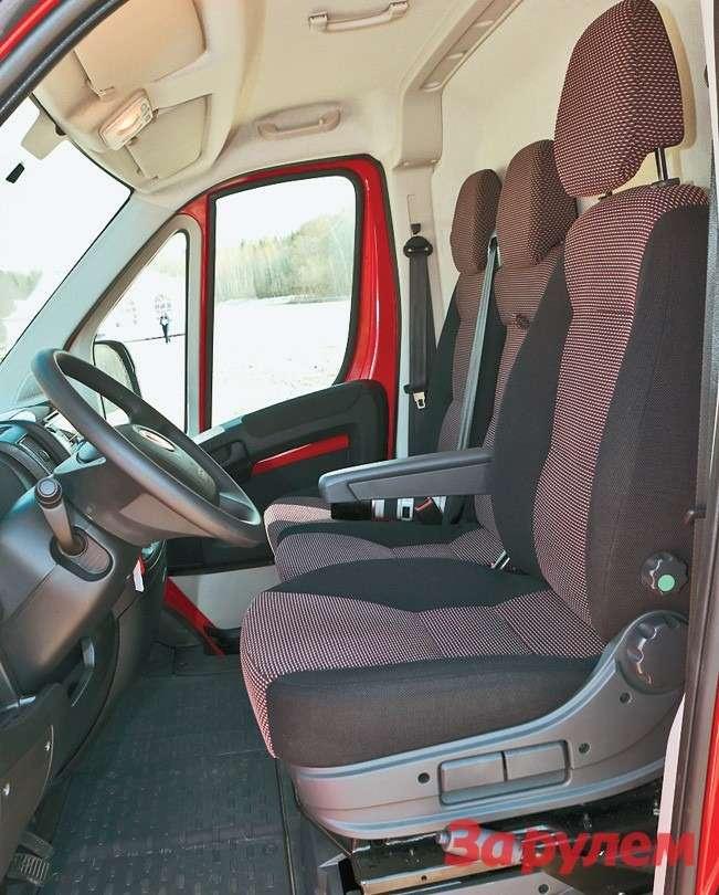 Практически «легковую» посадку водителя обеспечивают регулировки положений сиденья ирулевой колонки