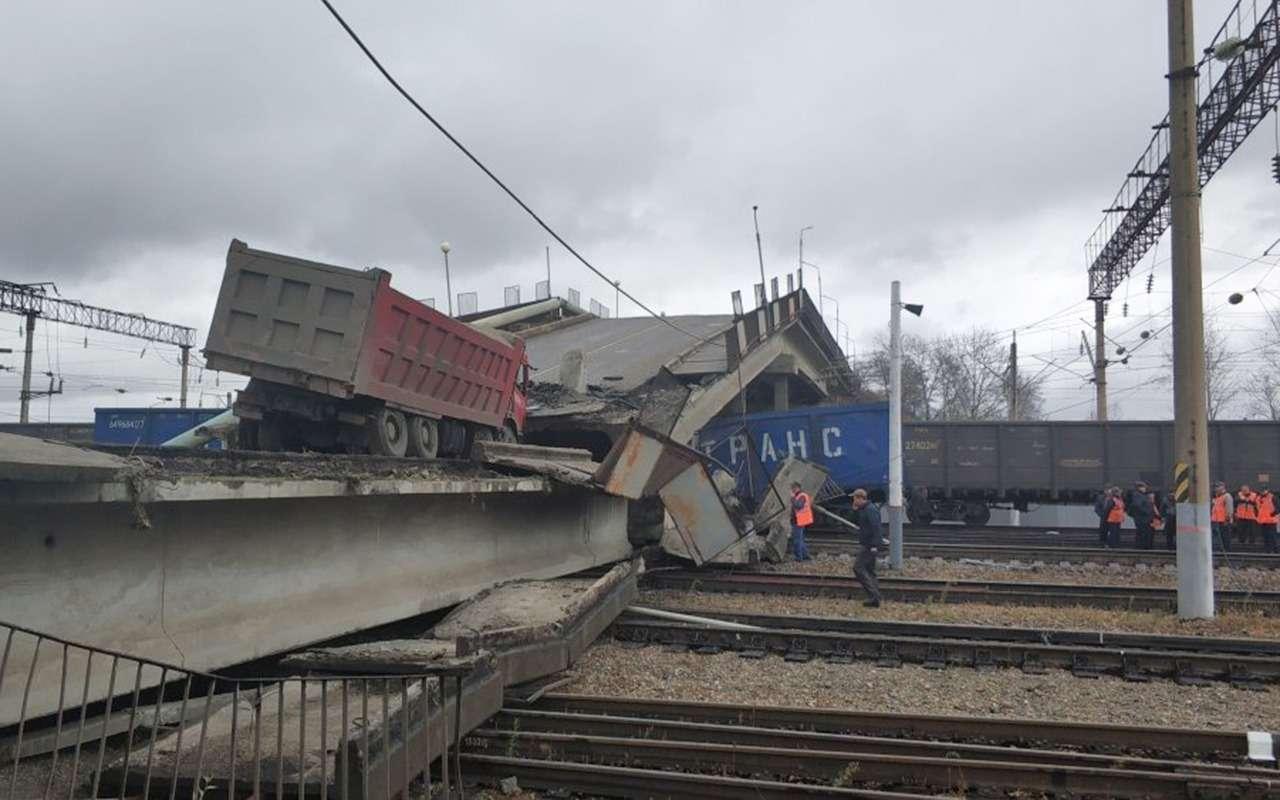 В Приамурье подтяжестью самосвала мост рухнул нажелезную дорогу— фото 912583
