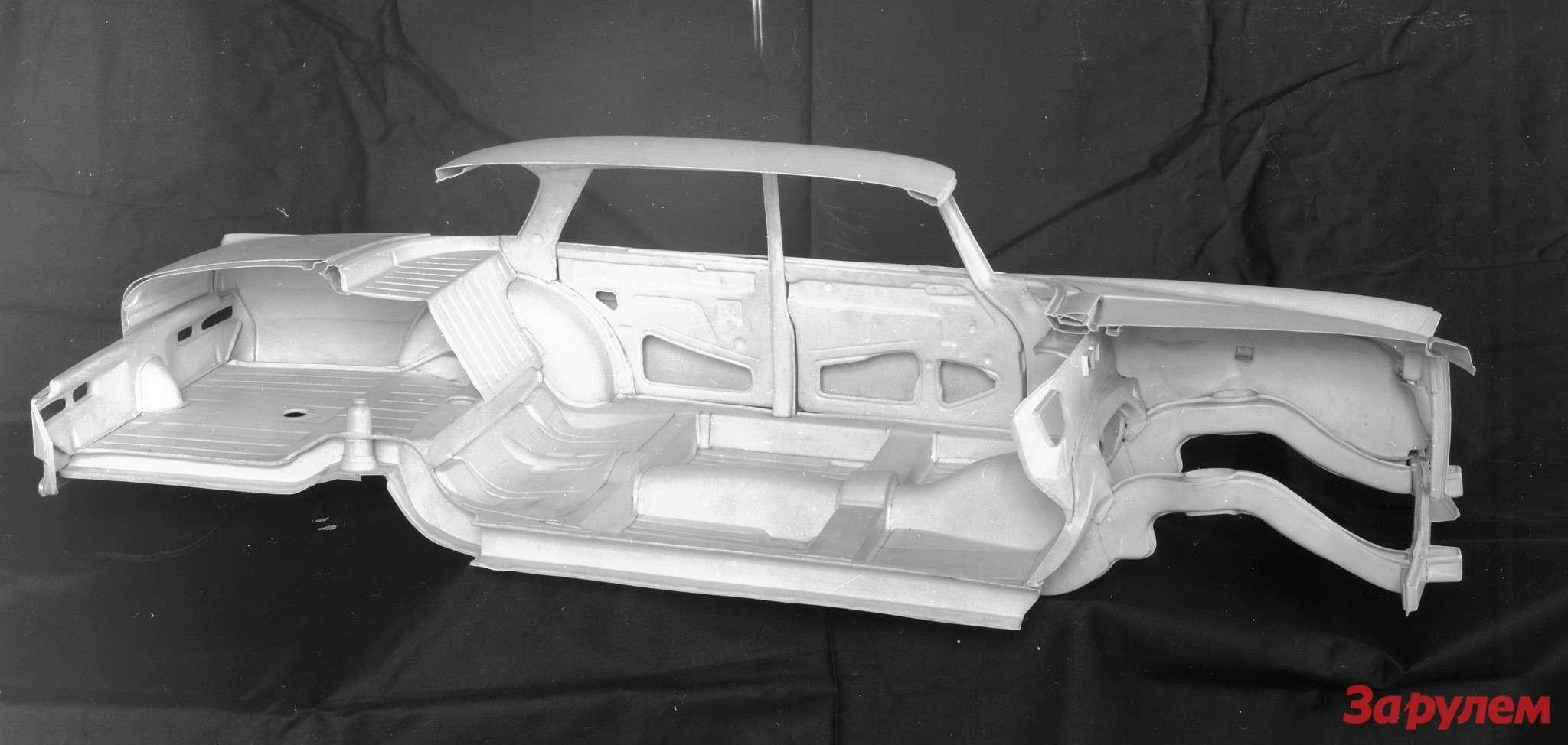 Лонжероны кузова W111 получили сильно изогнутую форму длялучшего поглощения энергии удара