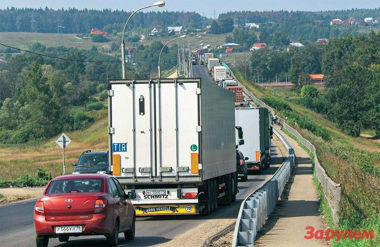 Сегодня обе бетонки— иА107, иА108— превратились всплошную пробку, ведь поним вобход столицы поехали грузовики.