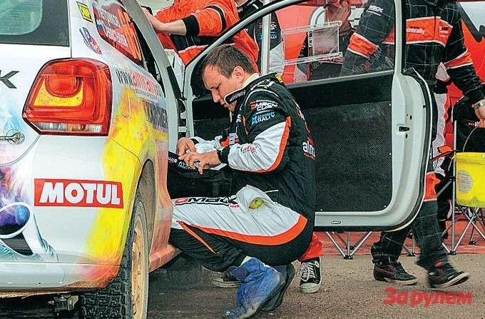 Участие экипажа вподготовке монокубковой машины сводится восновном кподгонке сидений иремней безопасности.