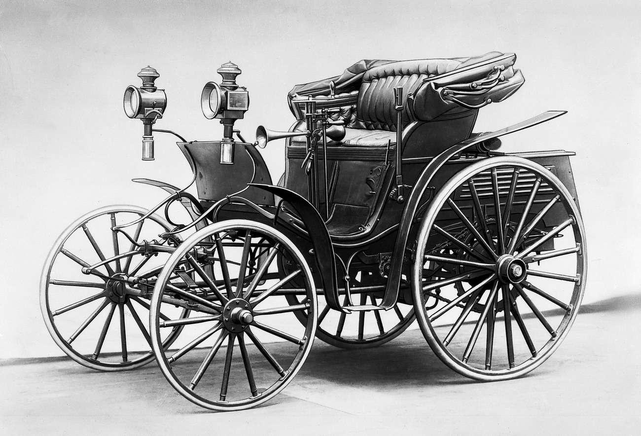 Автомобиль Benz Victoria 1893 года, послуживший прототипом дляпервого русского автомобиля. Сравним габариты: 3200х1650х1750мм (Benz Victoria) против 3200х1530х1440мм («Яковлев иФрезе») иколесную базу: 1650мм и1370мм соответственно.