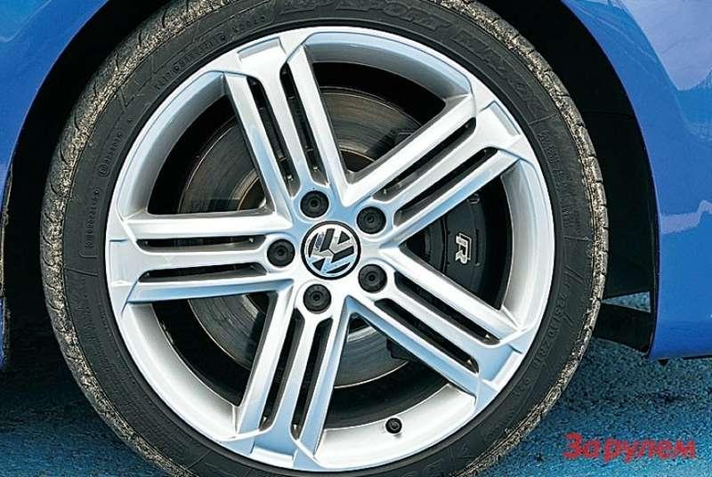 Чуть более узкие колеса 225/40R18 против 235/40R18у «Форда» и«Рено». Как это отражается находовых качествах? Даникак! «Фольксваген» опережает конкурентов повремени прохождения круга.
