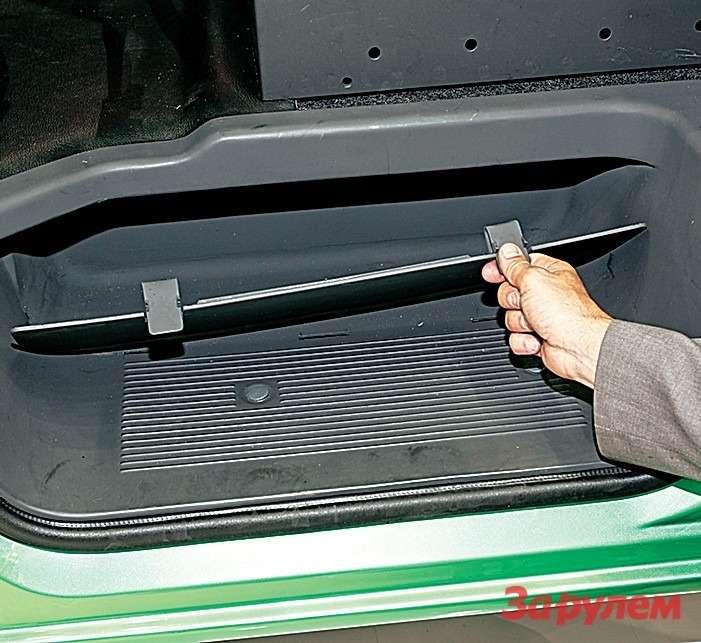 Порог вавтомобиле стал ниже, забираться легче. Внем появилась удобная ниша дляхранения инструмента.