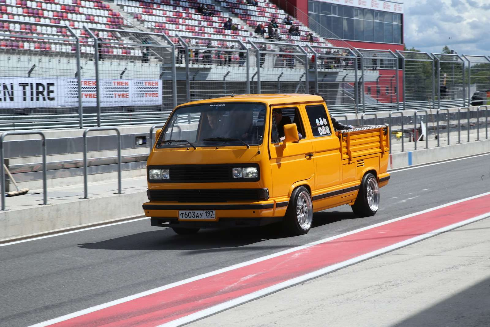 Болид ГАЗ-24«Зарулем» наMoscow Classiс Grand Prix— фото 608357