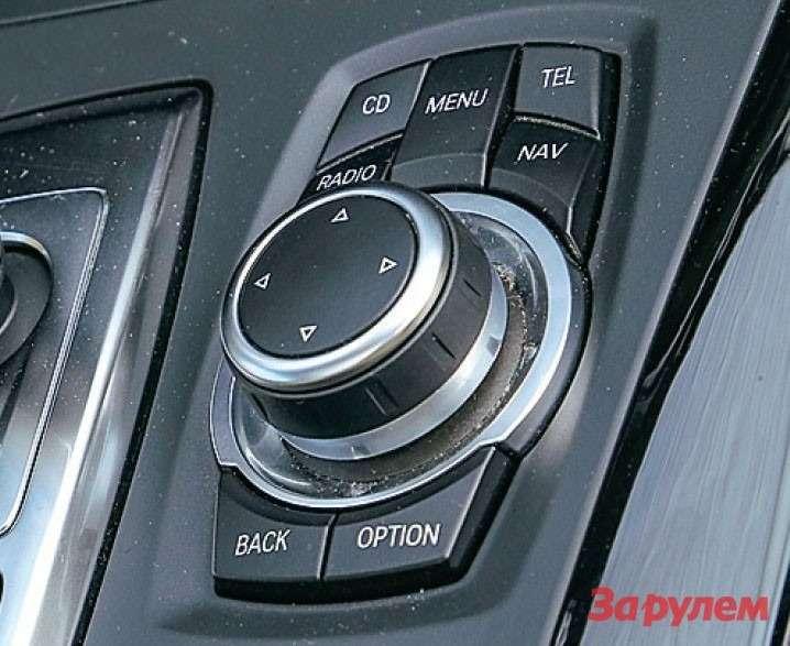 Рядом сэлектронным джойстиком автомата расположился пульт управления мультимедийной системой iDrive.