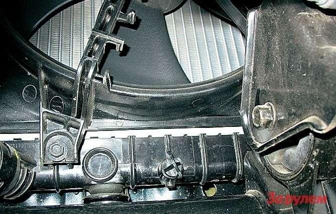 Радиатор охлаждения двигателя не славится долголетием. Порой после первой жезимы антифриз начинает подтекать позавальцовке бачков.