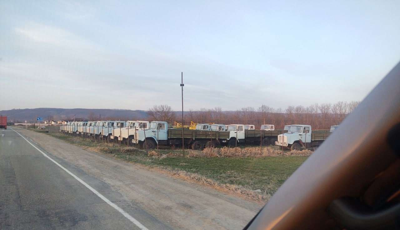 Найдена стоянка сновыми грузовиками ЗИЛ— фото 1236407