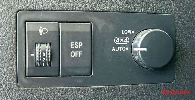 На«Соренто» вкомплектации EXустанавливается система TOD (Torque OnDemand— тяга потребованию), которая при пробуксовке задних колес подает крутящий момент кпередним спомощью электронно-управляемой муфты. Врежиме Low муфта замыкается принудительно. Включать понижающую передачу можно только при полной остановке.